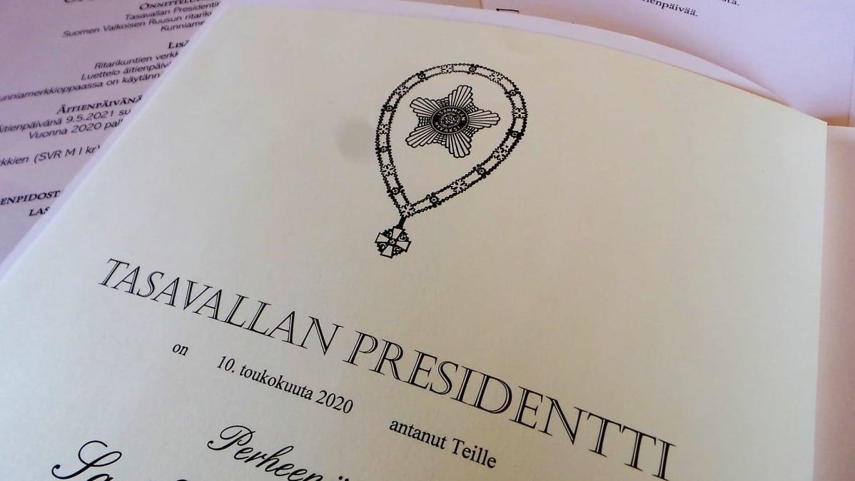 Tasavallan presidentin kunniakirja palkittaville äideille.
