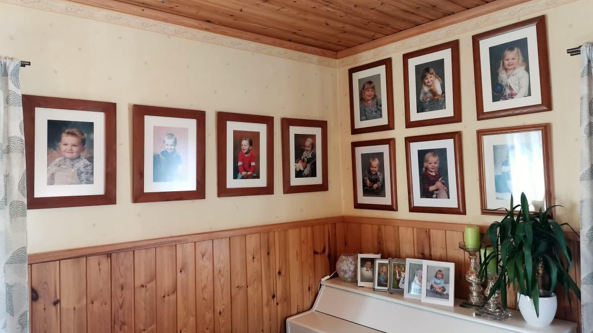 Lasten valokuvia seinällä.