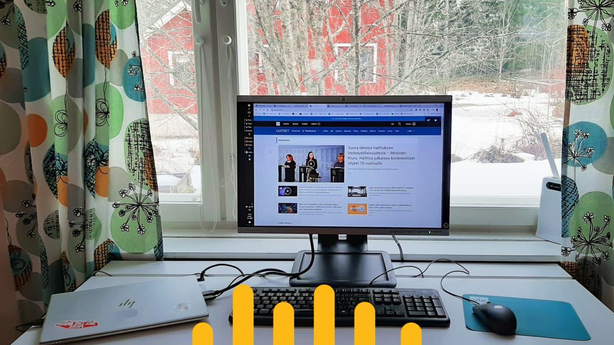 Tietokone kodin ikkunan äärellä, ikkunasta näkyy punainen omakotitalo.