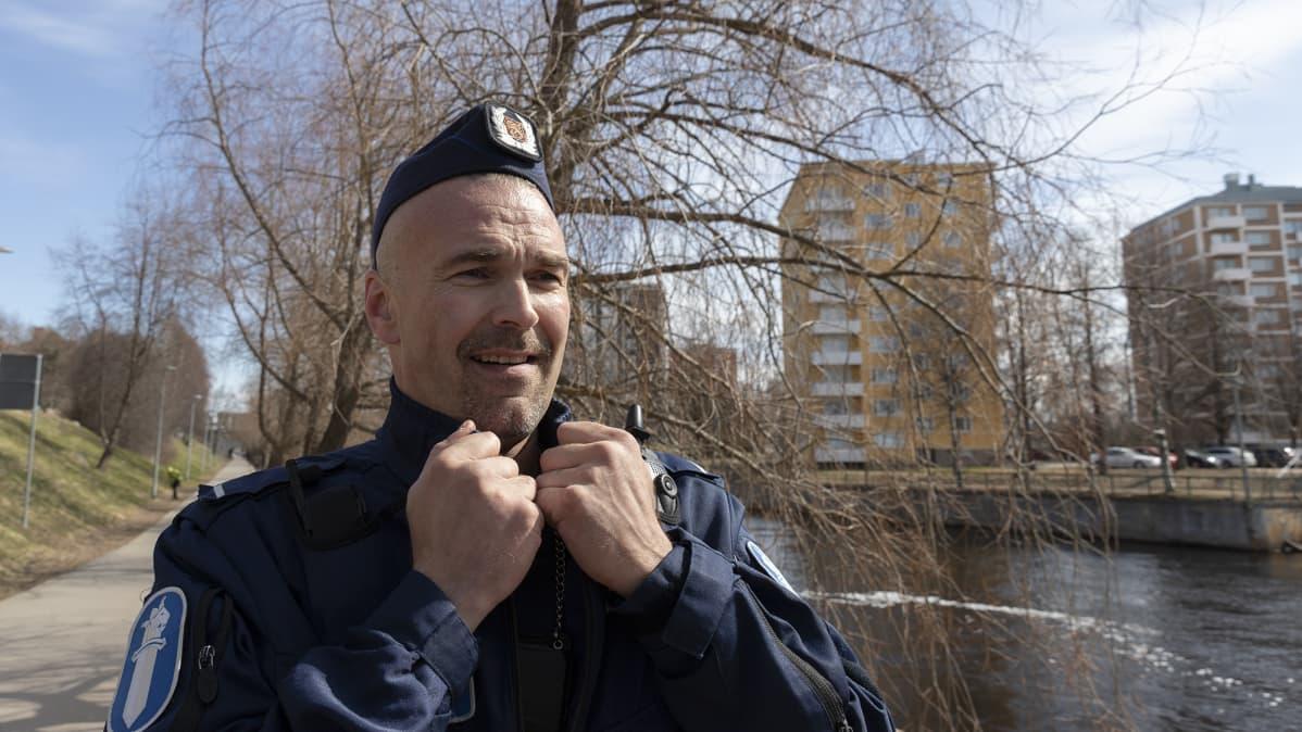 Poliisimies Petrus Schroderus pitää kaluksistaan kiinni Oulun Merikosken voimalan alakanavan rannalla.