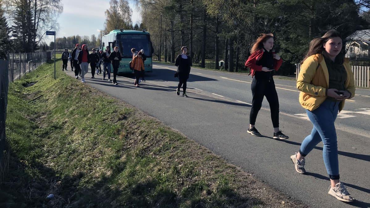 Hauhon yhtenäiskoulun oppilaat palaavat kouluun koulukyydillä