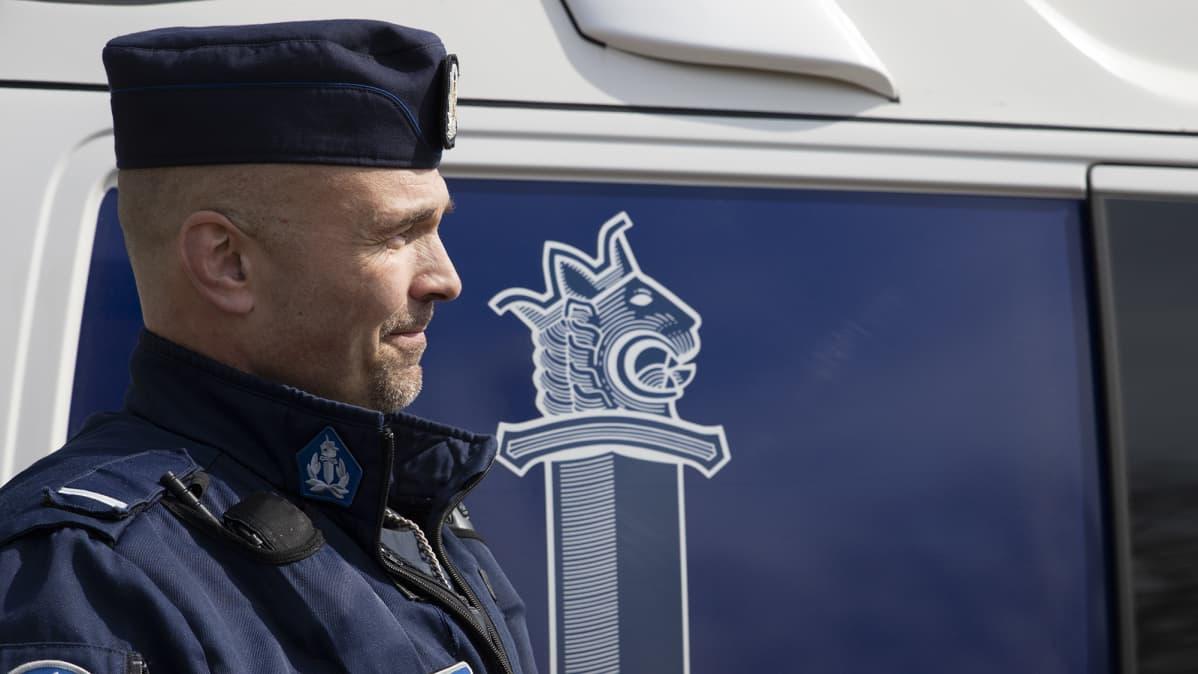 Poliisimies Petrus Schroderus seisoo poliisin partioauton vieressä.