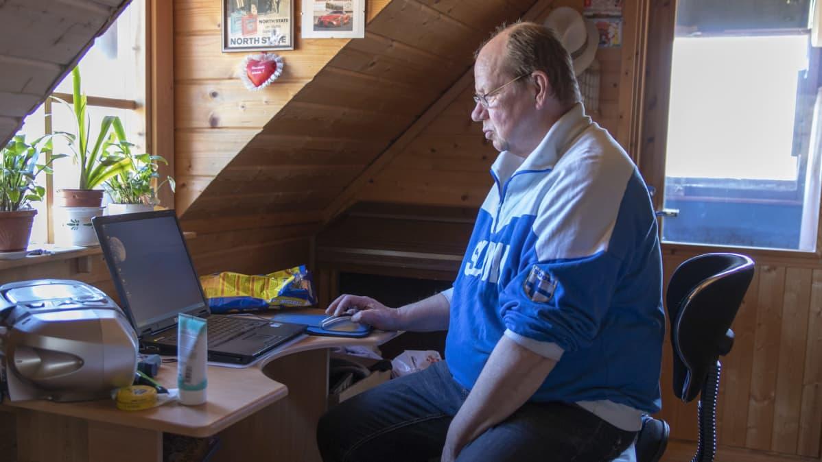 Pertti Nissinen tietokoneella