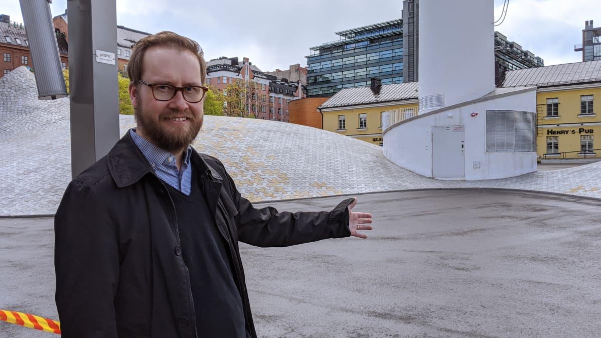 Joonas Keskinen, ravintola Lasipalatsin toimitusjohtaja, näyttää minne päin terassi tulee leviämään.