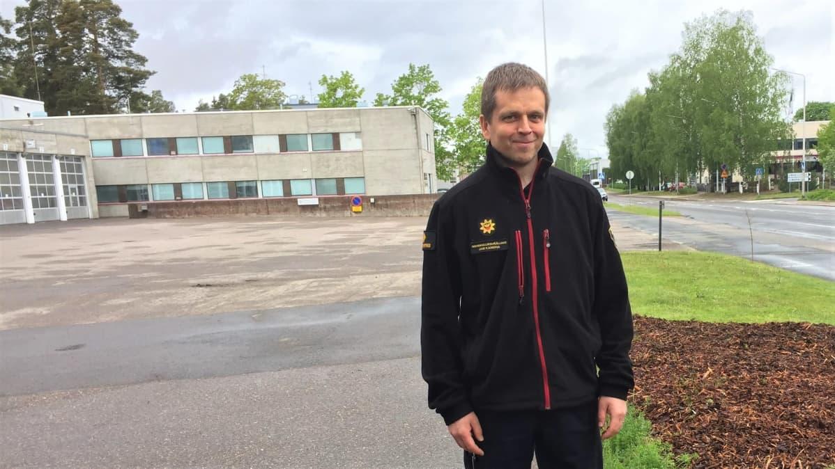 Etelä-Karjalan pelastuslaitoksen riskienhallintapäällikkö Jani Kanerva Armilan paloaseman pihalla Lappeenrannassa.