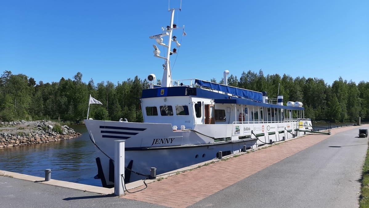 M/s Jenny -alus laiturissa Kokkolan leirintäalueella.