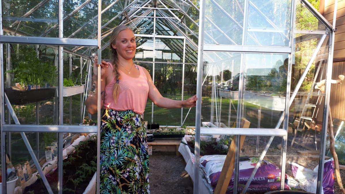 keminmaalainen Marika Juntikka kasvihuoneellaan