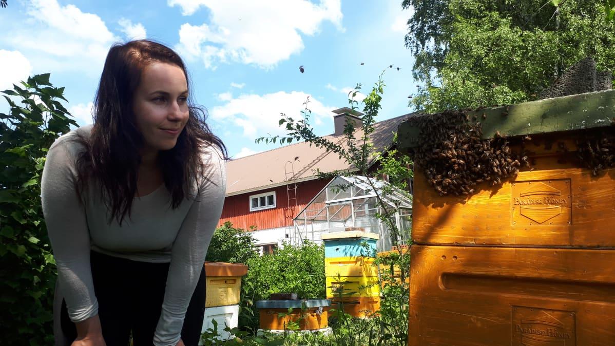 Salla Holopainen ja mehiläispesä