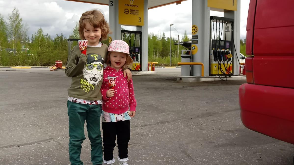 Jami ja Elma Maijala Venäjän rajan huoltoasemalla