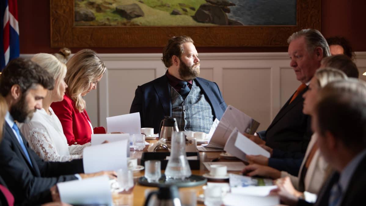 Poliittinen draamasarja kertoo epätavallisesta islantilaispoliitikosta. Pääroolissa Ólafur Darri Ólafsson.