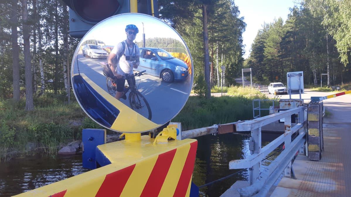 Toimittaja ottamassa itsestään kuvaa lossin pyöreän peilin kautta.