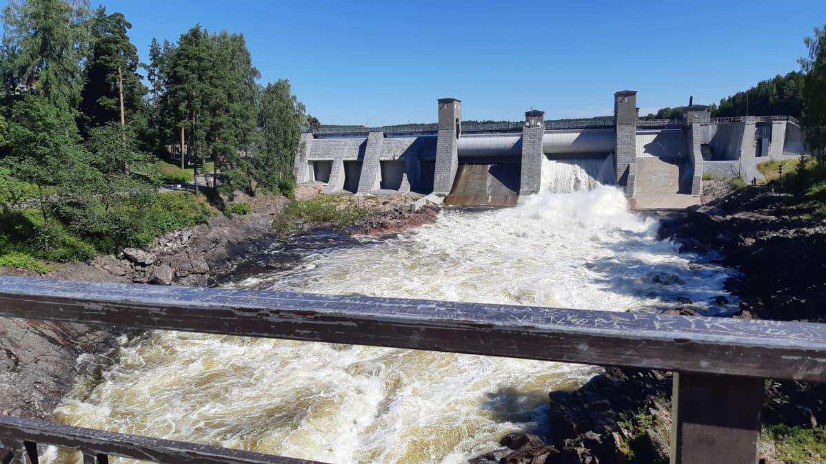 Vettä juoksutetaan Vuoksen padon läpi normaalin koskinäytösajan ulkopuolella
