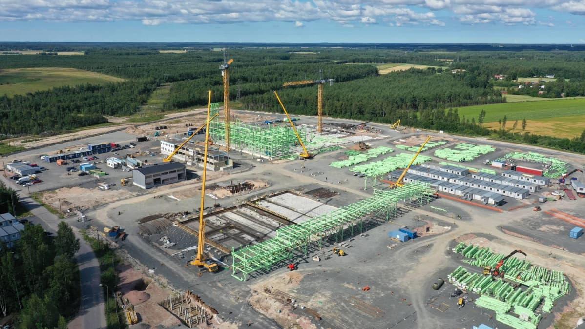 Harjavallan tehtaan rakennustyömaata kesällä 2020.