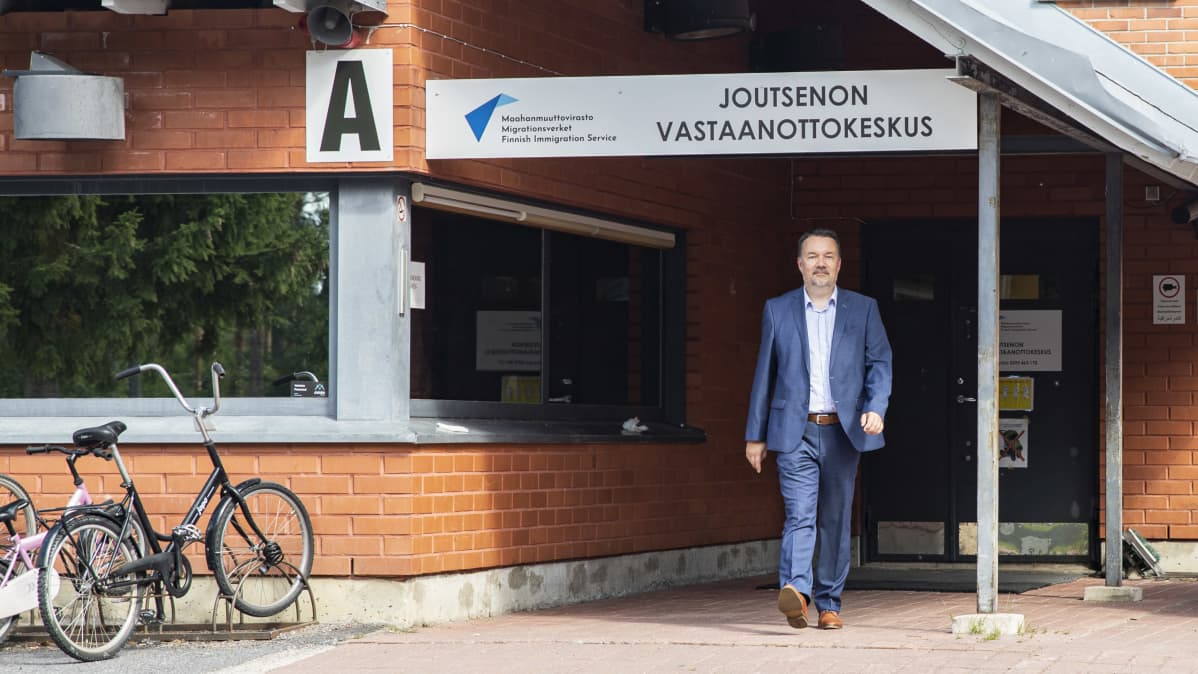 Jari Kähkönen Joutsenon vastaanottokeskuksen pihalla.