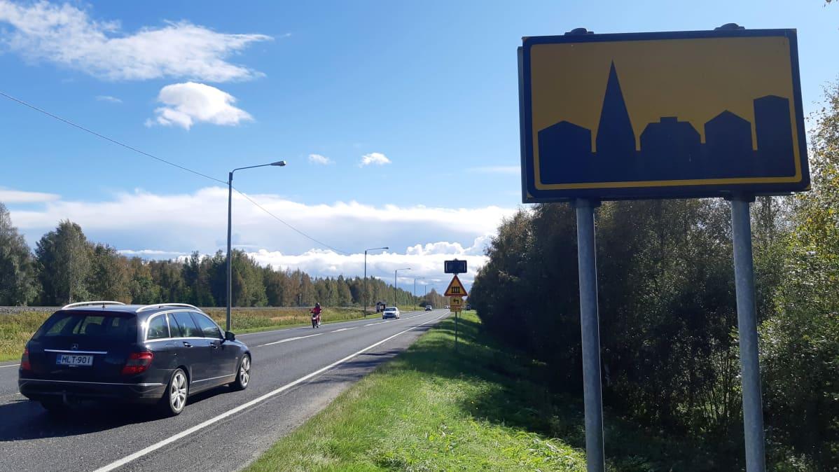 Taajama alkaa -liikennemerkki Tornion Kivirannalla.