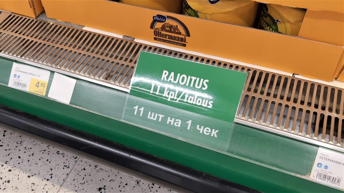 Juuston myyntiä rajoittavassa kyltissä lukee rajoitukset myös venäjän kielellä.