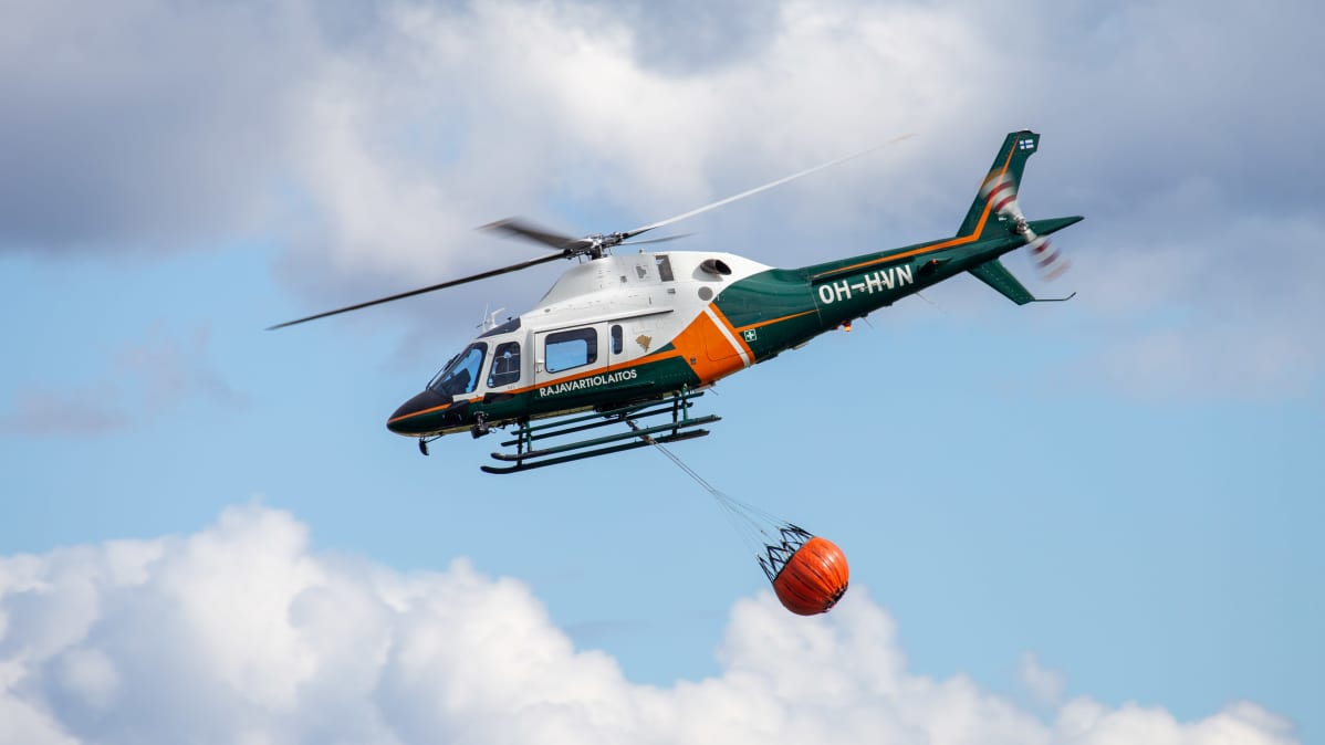 Rajavartiolaitoksen helikopteri sammutuskaluston kanssa Kauhava Airshowssa