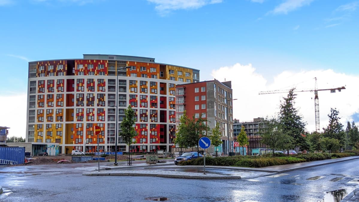 Vantaan Kivistön Topaasikujalla seisoo kaareva, värikäs talo.