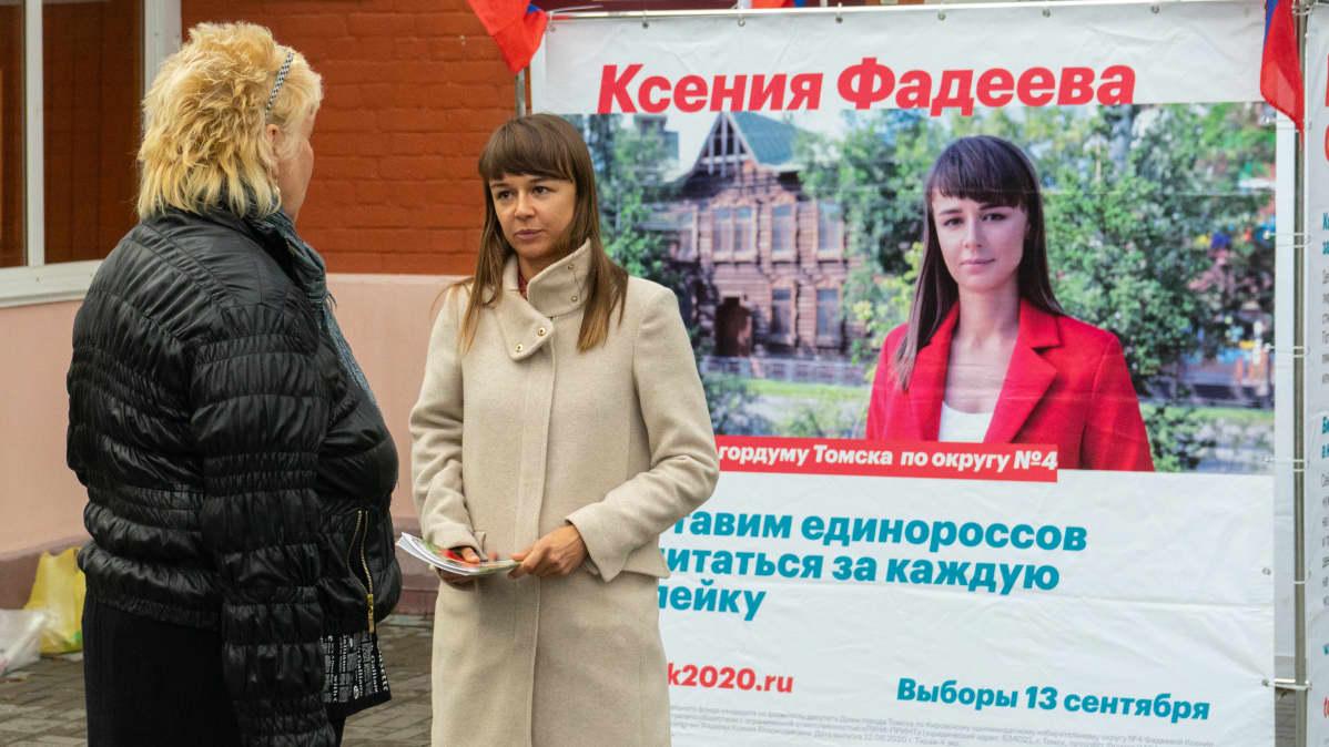 Nainen kampanjoi ennen vaaleja.