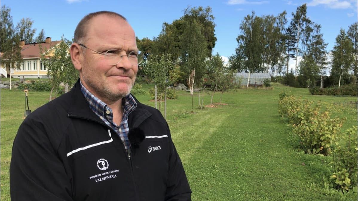 Söörmarkkulainen Juha Lahtinen kotipihallaan.