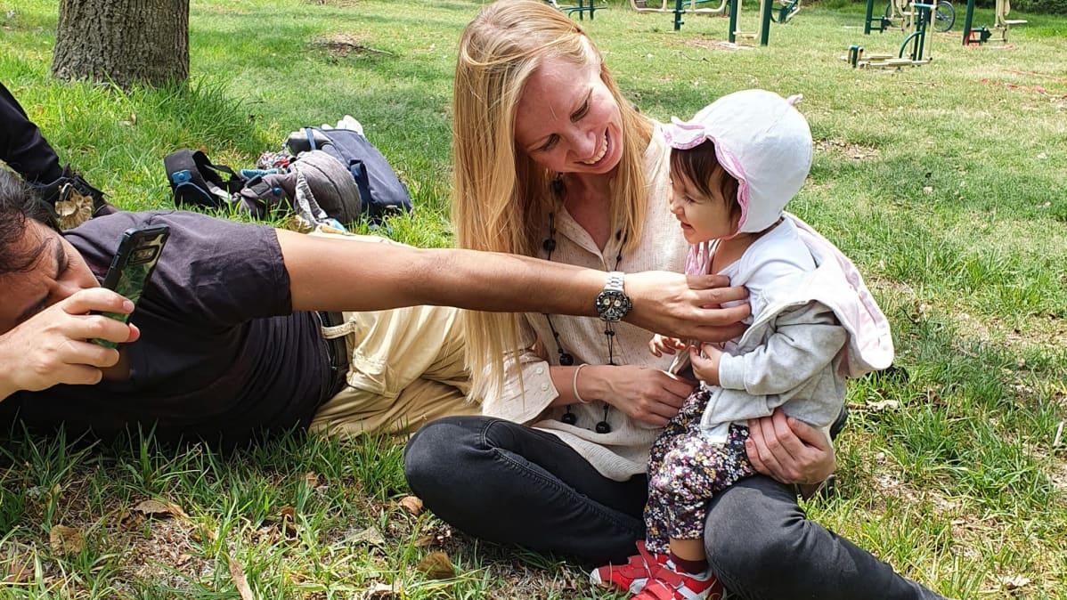 Anna Karatvuo perheineen puistossa