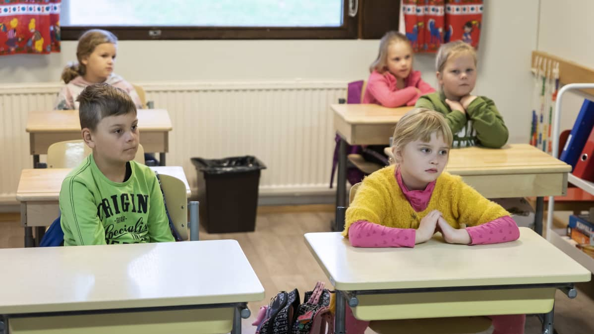 Lapsia koululuokassa.