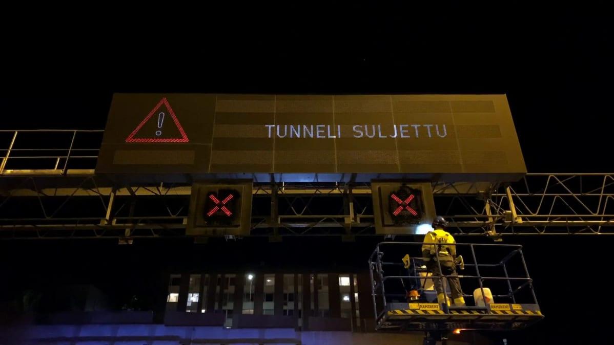Tampereen Rantatunnelin opasteiden huoltotöitä yöaikaan, kun tunneli on suljettu liikenteeltä