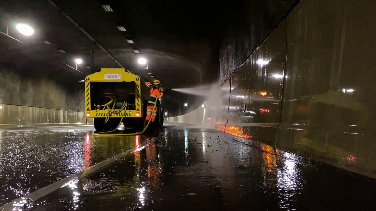 Tampereen Rantatunnelin pesua yöaikaan, kun tunneli on suljettu liikenteeltä