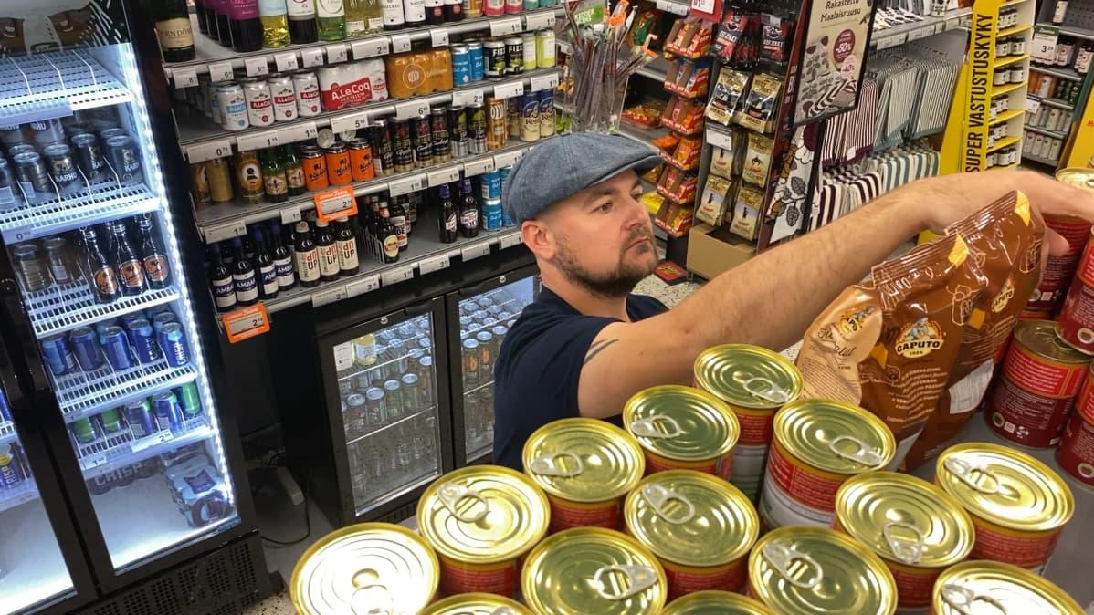 K-market Eurajoen portin kauppias Saku Vätti järjestelee myyntihyllyä