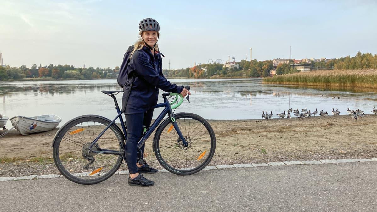 Veera Luostarinen työsuhdepolkupyörän kanssa