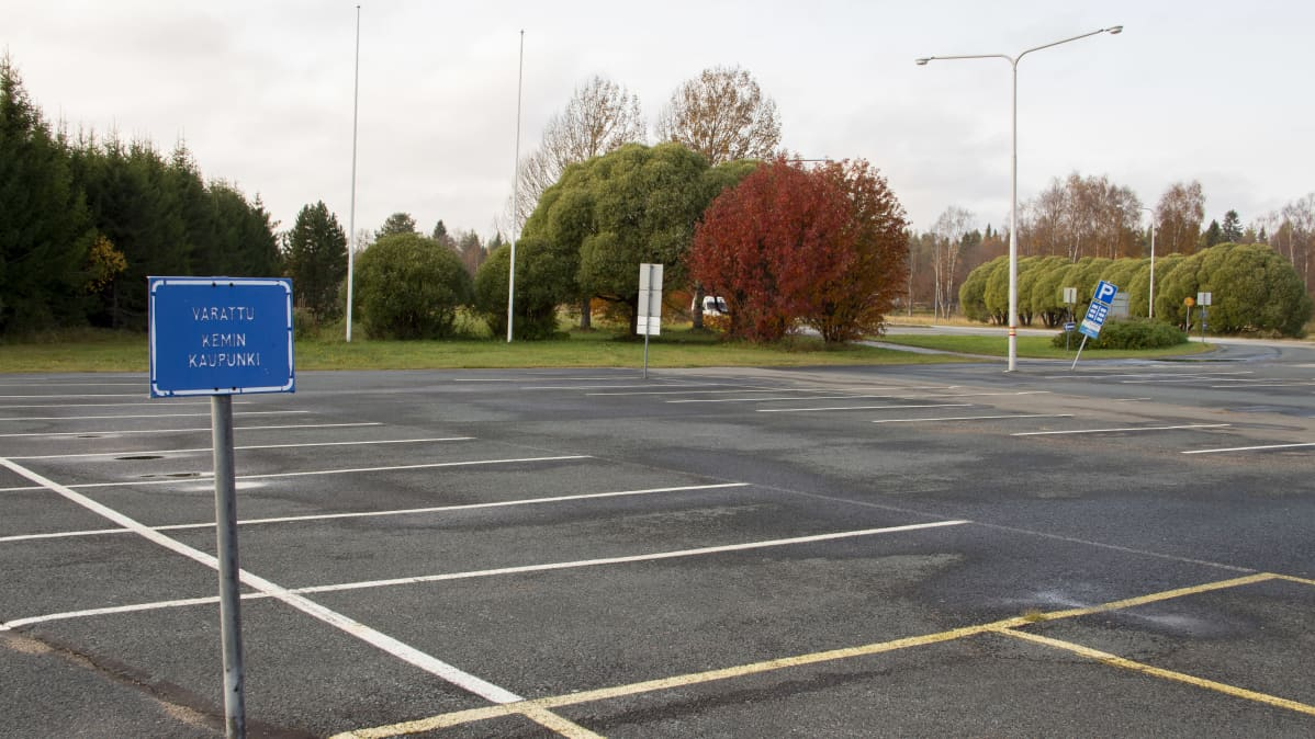 tyhjä parkkipaikka
