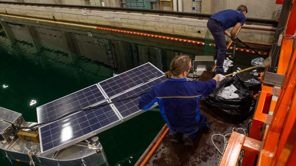 RiverRecyclen muovinkeräyslaiteeseen on asennettu aurinkopaneelit, jonka voimalla laite toimii.