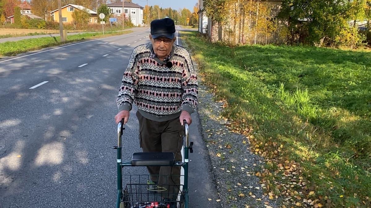Karvialainen Paavo Heinola kävelemässä kotiin päivittäiselta Coca-Colan hakureissultaan.