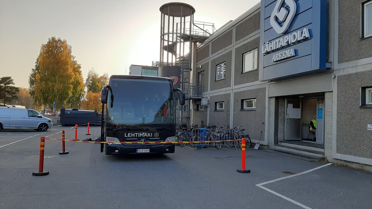HIFKin bussi eristettiin muista LähiTapiola-areenan pihalla, kun he tulivat otteluun JYPiä vastaan.