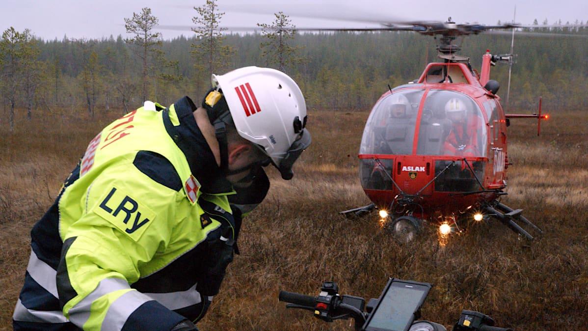 Pelastushelikopteri Aslak laskeutuu Sodankylän palopäällikön Lasse Rytkösen viereen