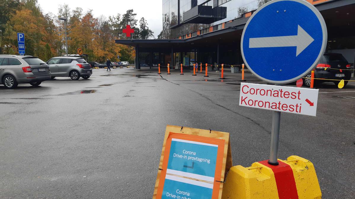 Vaasan keskussairaalan drive in -koronatestauspisteen opasteet.