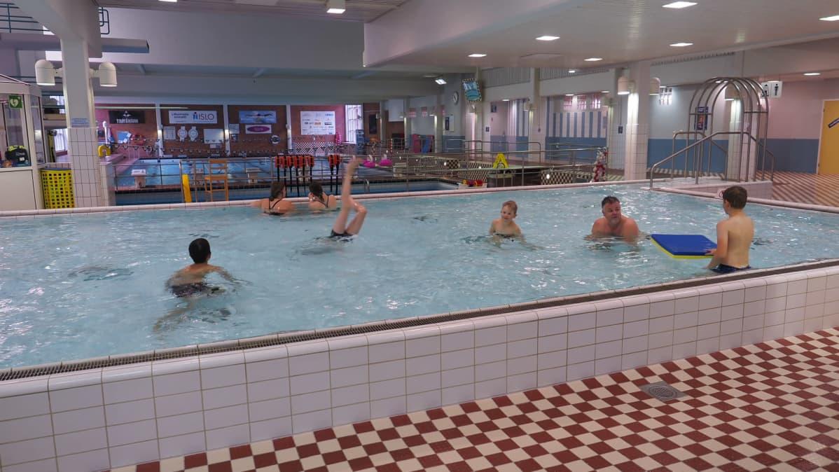 uimareita Joensuun uimahallissa