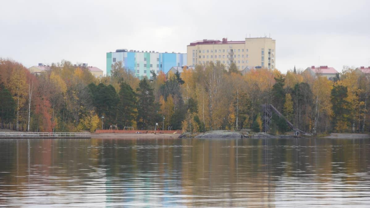 Etelä-Karjalan keskussairaala, kuvan etualalla Saimaa