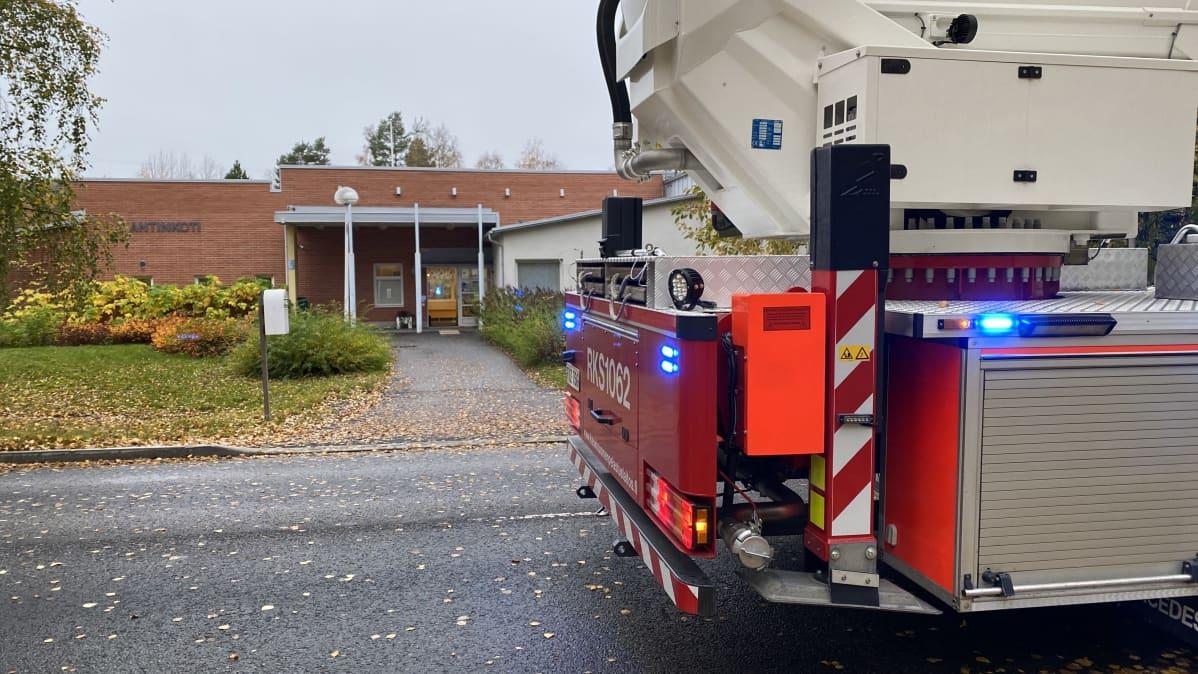 Pelastuslaitoksen ajoneuvo kuurojen palvelukodin edustalla Jyväskylän Keljonkadulla.