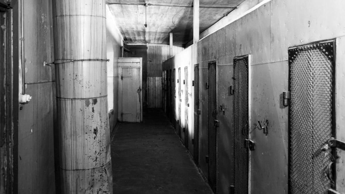 vankilan käytävää ja sellejä