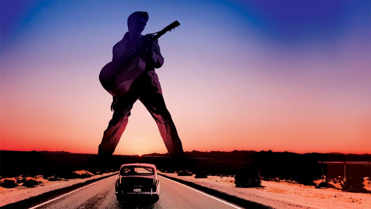 Elvis-hahmo siluettina maantien yllä. The King -dokumenttielokuvan key image.