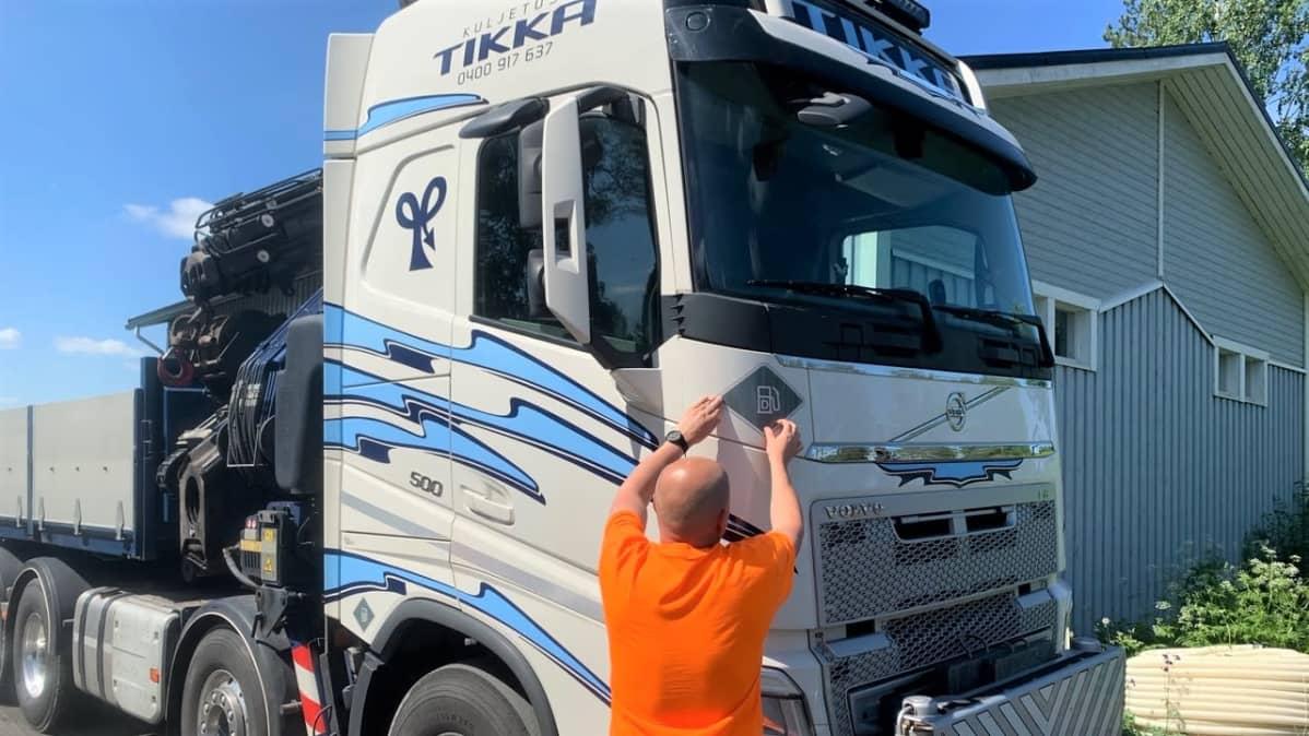 Kuljetusliike Tikka Oy otti Suomessa ensimmäisenä käyttöön käyttövoimatarrat raskaassa kalustossa.