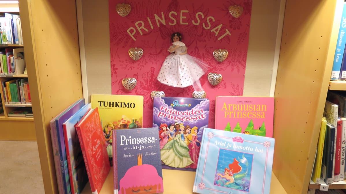 Prinsessa-aiheisia lastenkirjoja Riihimäen kirjastossa.