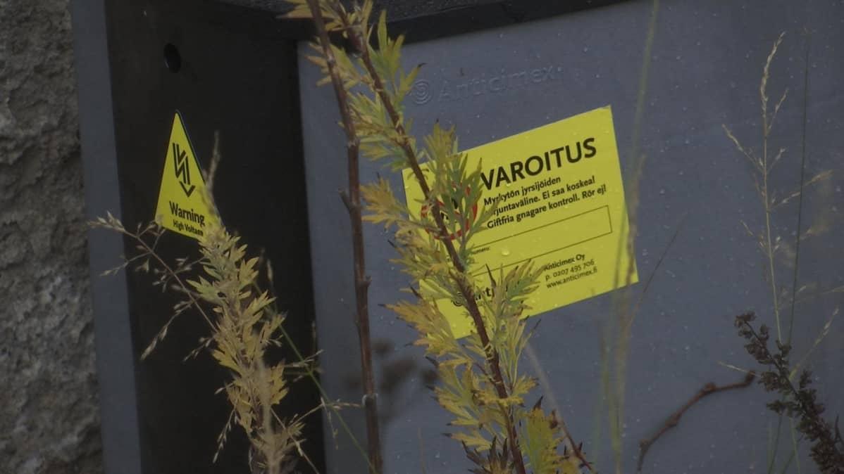 Varoitustarrat sähköllä toimivan rottaloukun kyljessä