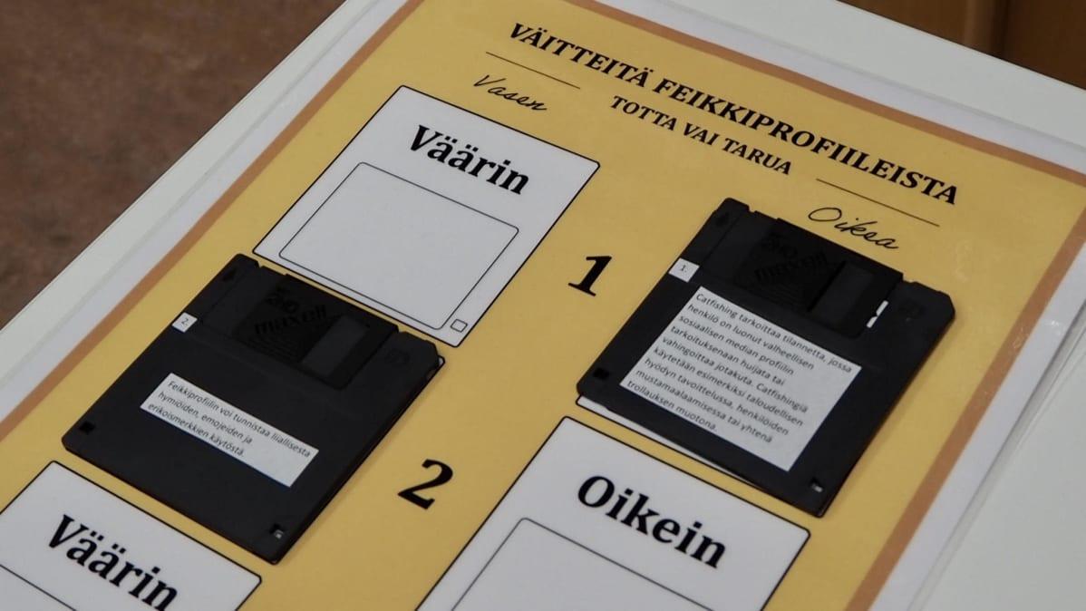 Pakohuonetehtävä, jossa diskettejä täytyy laittaa oikeille paikoille sen mukaan, onko niihin kirjoitettu väittämä oikein vai väärin.