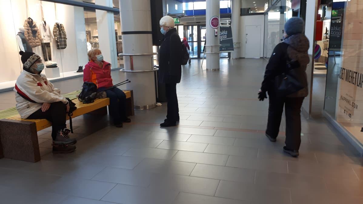 Kasvomaskeja pitäviä ihmisiä Rovaniemellä Kauppakeskus Revontulessa