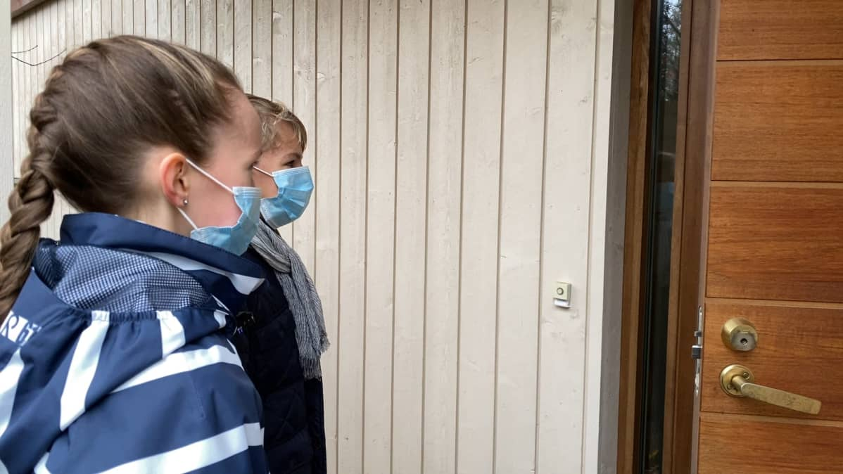 Suvi Salvi ja Verneri Virtanen myymässä maskeja ovelta ovelle.