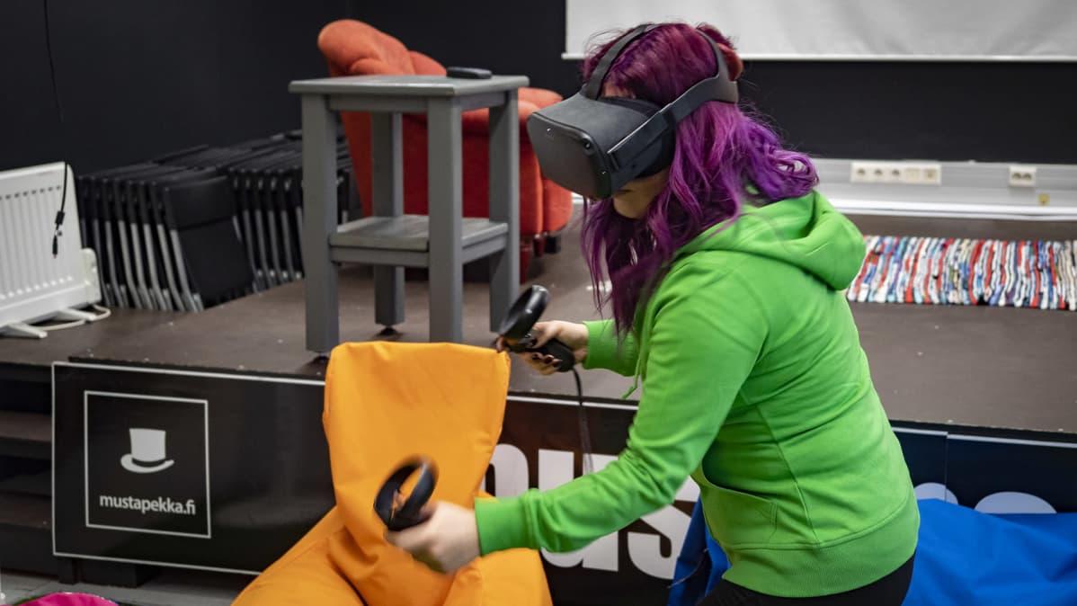 MeKiwin työntekijä pelaa virtuaalitodellisuuspeliä