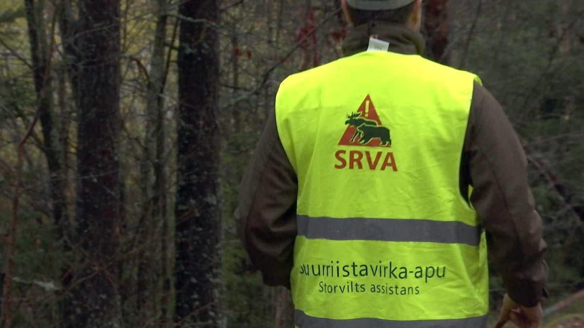 Kuvassa on Kauhavan Alakylän metsästysseuran SRVA-ryhmässä koiranohjaajana toimiva Antti Lassila.