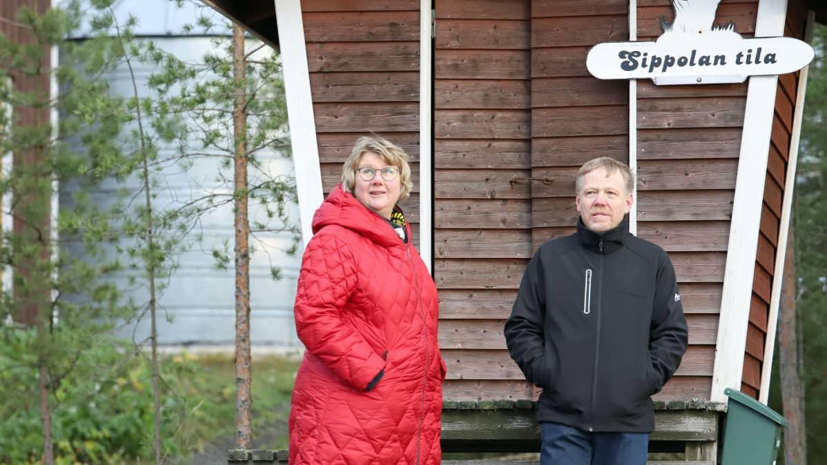 Ulla Koivisto ja Jari Sippola juttelevat maitolaiturilla.
